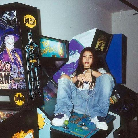 Jugendfotos der Stars: Kim Kardashian als Teenager hockt auf Spieleautomaten