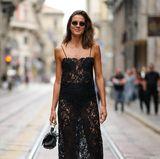 Model Chiara Baschetti greift zu einem gewagten Look: Das Model trägt ein schwarzes Spitzenkleid mit ganz besonderem Twist –unter dem halbtransparenten Stoff kommt die Unterwäsche der34-Jährigen zum Vorschein.