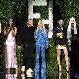 Zum großen Finale der Modenschau von Fendi x Versace betreten Donatella Versace (5.v.l.) und Kim Jones (4.v.l.) den Laufsteg. Für die erfolgreiche Show ernten die beiden Designer:innen großen Beifall.