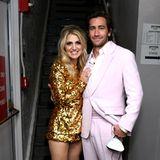 Annaleigh Ashford und Jake Gyllenhaal gehören zu den Präsentatoren der Tony Awards. Annaleigh hat sich dafür einen extraknappen Pailletten-Look in Gold ausgesucht, Jake ist im zartrosafarbenen Anzug von Prada ebenfalls ein stylischer Hingucker.