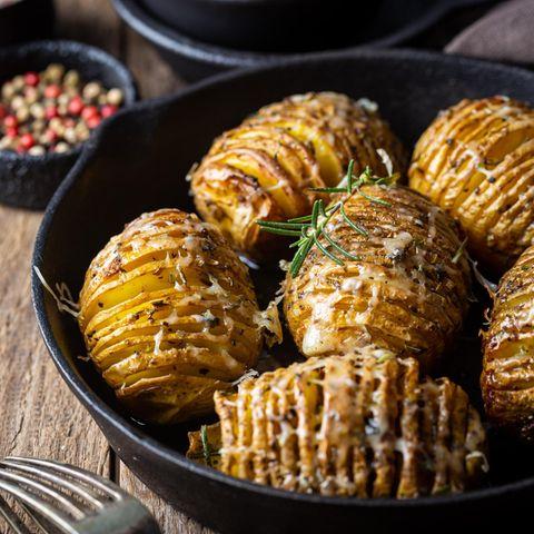 Gebackene Fächerkartoffeln in einer Auflaufform