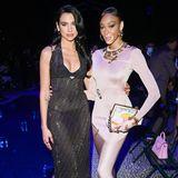 Neben Chiara Ferragni verfolgen auch Sängerin Dua Lipa und Model Winnie Harlow (v.l.n.r.) die Fashion-Show von Fendi x Versace aus der ersten Reihe.
