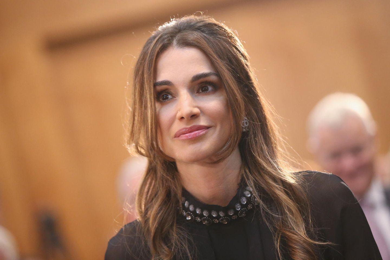Königin Rania von Jordanien lächelt.