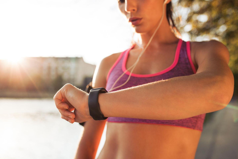 Frau mit Fitness-Uhr, Fitnesstracker, Smart Watch, Sport