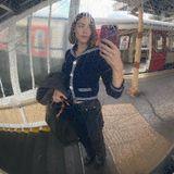 Stars in der U-Bahn: Alexa Chung macht Selfie