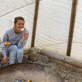 Mahlzeit: Nina Bott am Lagerfeuer
