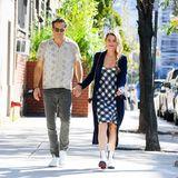 Seit fast elfJahren sind Blake Lively und Ryan Reynolds ein Paar, davon fast zehn verheiratet. Das Geheimnis ihrer glücklichen Ehe? Regelmäßige Zweisamkeit – wie sie es in New York vormachen: Beim Spazierengehen genießen die beiden die letzten Sonnenstrahlen des Jahres. Passend zu den warmen Temperaturen zeigt sich das Pärchen in einem sommerlich anmutendenLook. Blake trägt ein kariertes Kleid, eine schwarze Strickjacke und weiße Boots. Ryan greift zu einem grauen Kurzarmhemd, einer lässigen Jeans und sportlichen Sneakern.