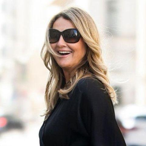 Frauke Ludowig beweist immer wieder ihr Händchen für Mode. Auf ihrem neuesten Instagramfoto zeigt sie sich in einem eleganten All-Black-Look aus langem Strickkleid,filigranen Heels und großer Sonnenbrille. Blickfang des Outfits ist die klassische Chanel-Tasche, die die 57-Jährige lässig unter demArm trägt.