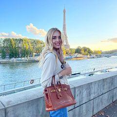 Chiara Ferragni hat einen Faible für Designertaschen und präsentiert ihre Sammlungregelmäßigauf Instagram. Ihr aktuelles Lieblingsmodell: Eine braune Birkin-Bag von Hermès. Die schöne Tasche in Kroko-Optik wird zum Blickfang des Bildes und lässt die traumhafte Kulisse von Paris fast zur Nebensache werden...
