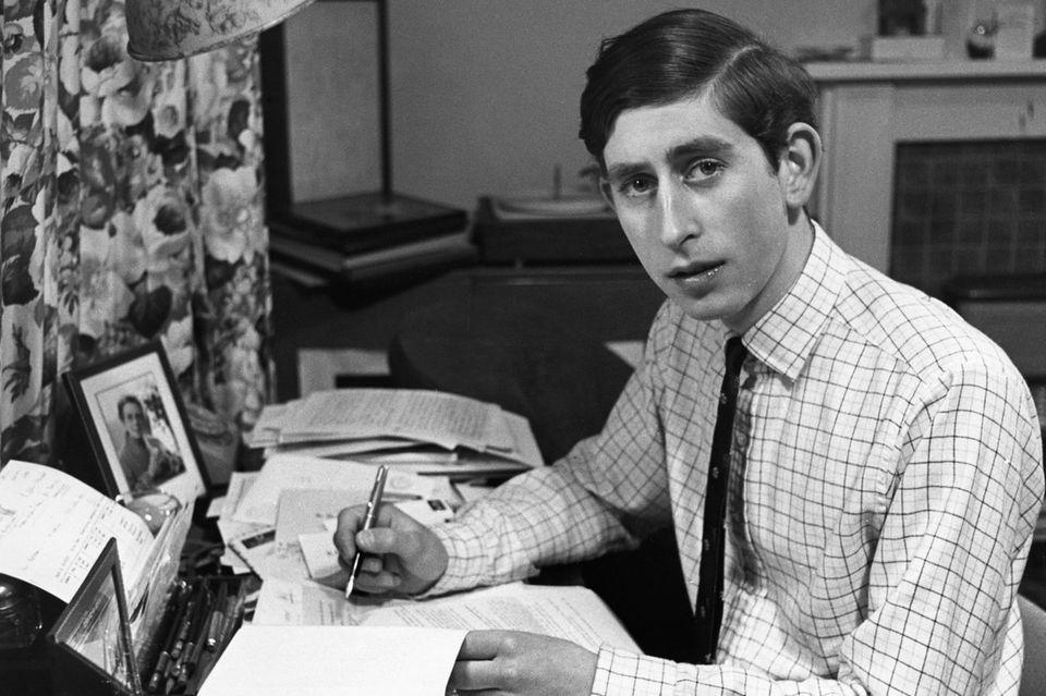 Prinz Charles studierte von 1967 bis 1970 Trinity College der University ofCambridgeund entging dort knapp einer Entführung.