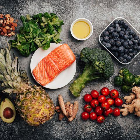 Entzündungshemmende Lebensmittel: Ananas, Brokkoli, Lachs, Nüsse, Blaubeeren, Ingwer, Kurkuma.