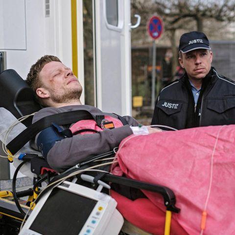 """""""In aller Freundschaft"""":Dennis Karow (gespielt von Ilja Roßbander, li.) und Dr. Kai Hoffmann (Julian Weigend, re.)"""