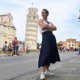 Urlaubsgrüße: Lea Woitak posiert vor dem Schiefen Turm von Piesa