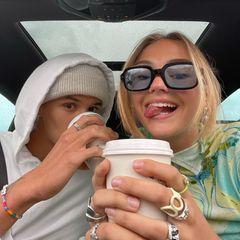 Heißgetränke: Romeo Beckham mit Kaffee und Mia Regan