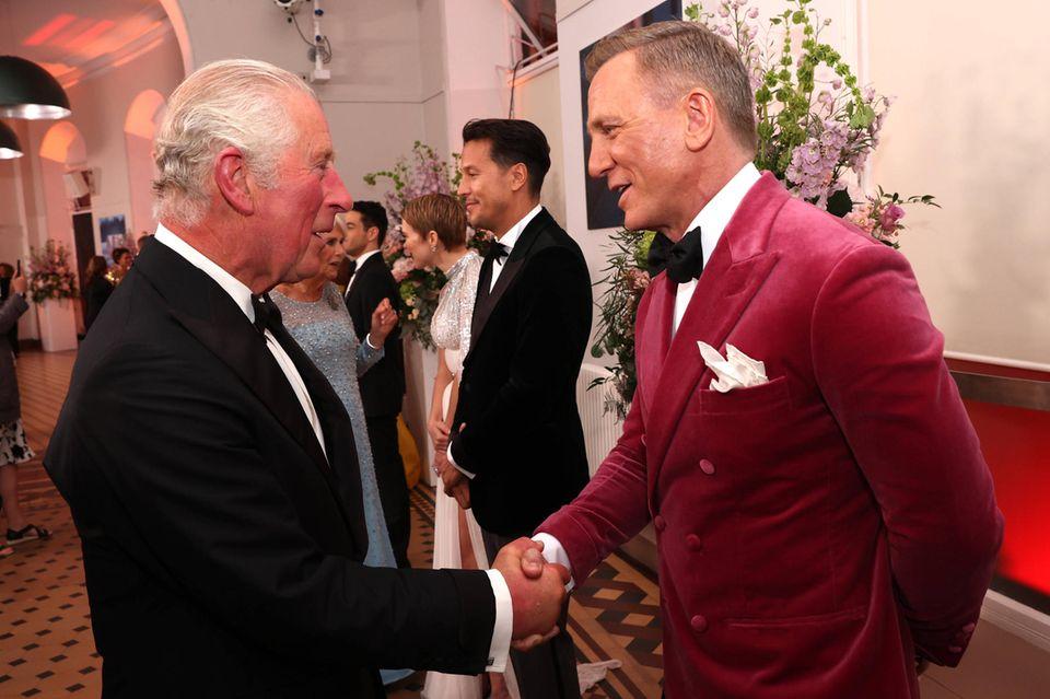 """""""James Bond""""-Premiere: Prinz Charles schüttelt Daniel Craig die Hand"""