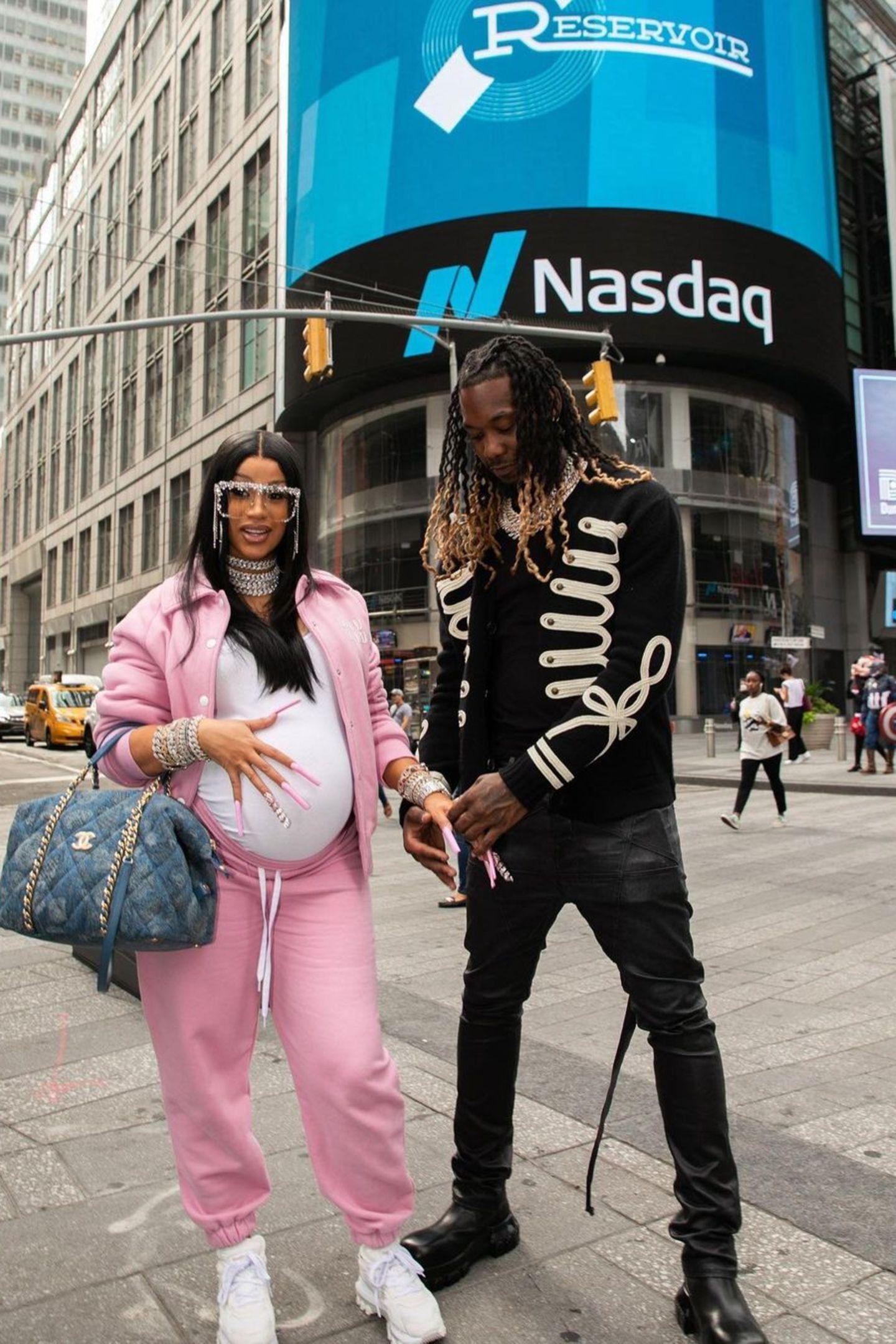 Cardi B und Ehemann Offset posieren zusammen für ein Foto.