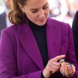 Royals und ihre tierischen Begleiter: Herzogin Catherine streichelt ein kleines Küken