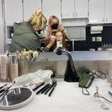 Assistenten der Stars: Julianne Moore wird am Set geschminkt