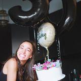"""Happy Birthday, Vildan Cirpan! Die GZSZ-Darstellerin feiert ihren 30. Geburtstag und könnte wohl kaum glücklicher darüber sein. Kein Wunderbei solch einer himmlischen Torte.Durch den edlen Blumenkranz wird aus der schlichten Buttercremetorte ein absoluterHingucker.Doch es gibt noch einen Grund, weshalb Vildan bis über beide Ohren strahlt: """"Kindskopf darf endlich auf ü30 Partys"""", erklärt die Schauspielerin."""