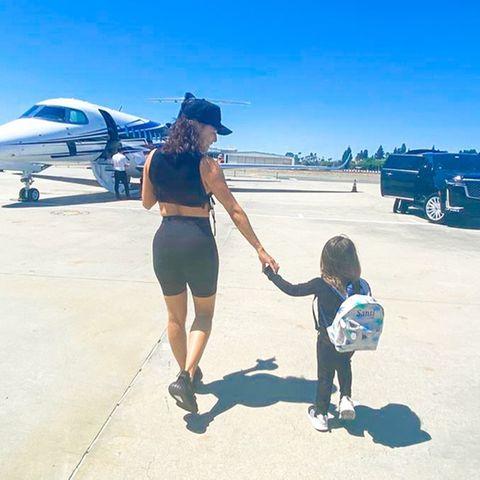 Eva Longoria und Sohn Santiago reisen im Privatjet