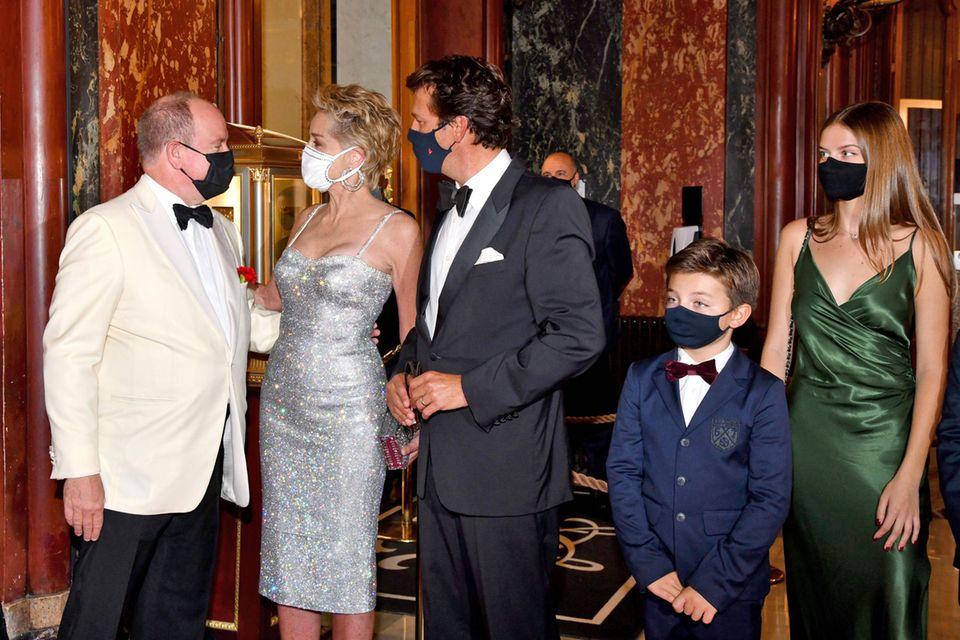 """Im Casino de Monte-Carlo feiert diePrincess Grace Foundation die Premiere des neuen Bond-Films """"Keine Zeit zu Sterben"""", undFürst Albert kann nicht nur Sharon Stone im verführerischen Glitzer-Dress von Dolce & Gabbana als gern gesehenen Gast wieder in Monaco begrüßen, sondern auch Roger Moores Sohn Christian, der mit seiner Familie an die Cote d'Azur gereist ist."""