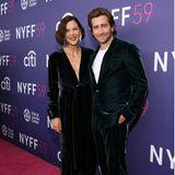 """Geschwisterlicher Partnerlook: Maggie und Jake Gyllenhaal haben sich für ihren Auftritt bei der Premiere von""""The Lost Daughter"""" feierliche Samt-Styles ausgesucht."""