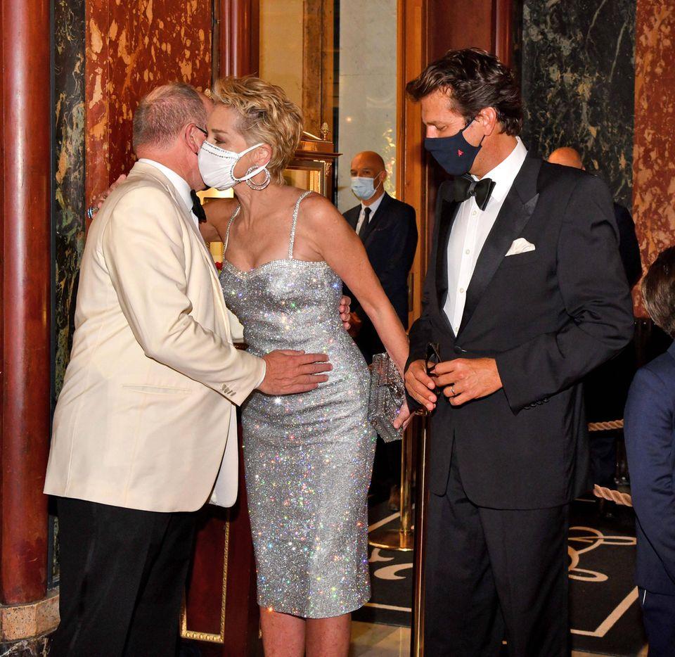 Am James Bond-Premierenabendim Casino de Monte-Carlo begrüßen sich Fürst Albert und Sharon Stone äußerst vertraut.