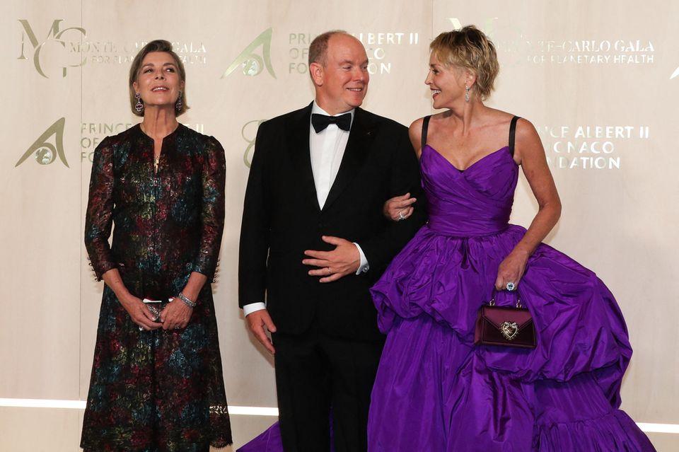 """Fürst Albert und Sharon Stone tauschen bei der """"Monte-Carlo Gala for the Global Ocean"""" vertraute Blicke aus."""