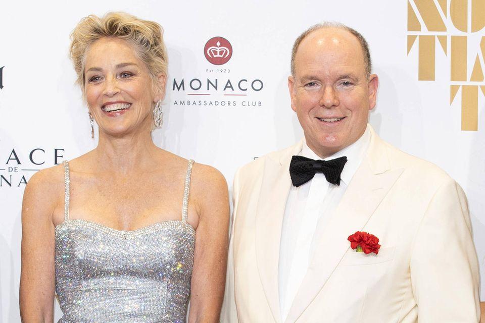 """Auch auf dem roten Teppich von """"No Time to Die"""" strahlen Sharon Stone und Fürst Albert."""