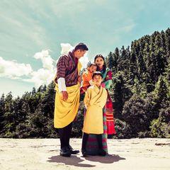 König Jigme und Königin Jetsun mit ihren Söhnen