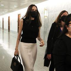 Während ihrer politischen Arbeit in New York achtet Angelina Jolie besonders auf einen eleganten Business-Look. Mit ärmellosem Shirt und seidigem Bleistiftrock zeigt sie sich bei Beratungsgesprächen mit dem Justizausschuss des Senats.
