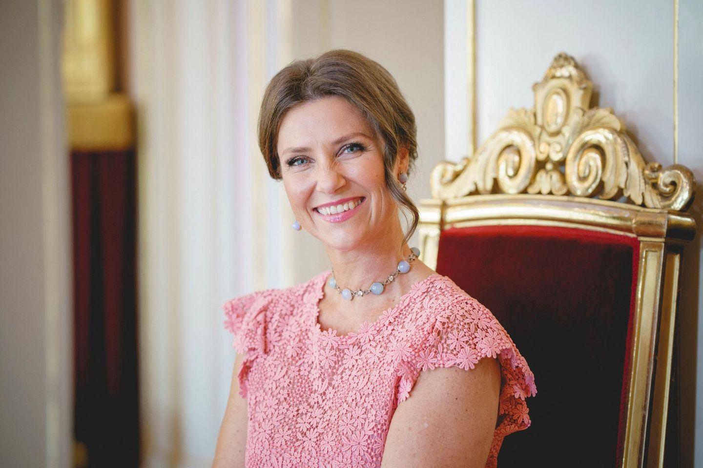Prinzessin Märtha Louise lächelt für ein Foto.