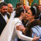 Sie zählt zu den ersten Gratulierenden des Hochzeitspaares:Thronprätendentin Marija Wladimirowna Romanowa – die Mutter des Großfürsten. Überglücklich schließt sie ihre Schwiegertochter in die Arme.