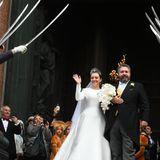 Neben den vielen geladenen Hochzeitsgästen warten außerdem jede Menge Schaulustige vor der Isaakskathedrale in Sankt Petersburg. Alle wollen sie einen Blick auf Braut und Bräutigam werfen. Nach der Trauung ist genügend Zeit: Das frisch vermählte Paar und lässt sich vor der Kathedrale feiern.