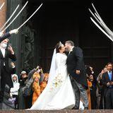 Hier ist er: Der erste offizielle Kuss des Ehepaares. Gemeinsam mit den Hochzeitsgästen wird nach der kirchlichen Zeremonie im privaten Kreis weitergefeiert.