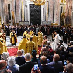 Zahlreiche Hochzeitsgäste adligen Geschlechts wohnen der Zeremonie bei.