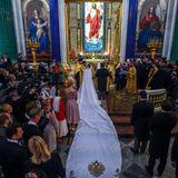 Rebecca Bettarini entscheidet sich für ein schlichtes weißes Brautkleidsamt Schleier und meterlanger Schleppe. Den Kopf der Braut schmückt außerdem ein diamantenbesetztes Diadem.