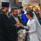 Vor den Augen zahlreicher Gäste wird diese Adelshochzeit vollzogen. Nach den Gelübden folgt das Anstecken der Eheringe.