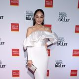 Cara Santana bezaubert auf dem Red Carpet im eleganten Satin-Dress vonSolace London.