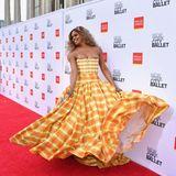 Laverne Cox tänzelt im sommerlich gelb-karierten Bustierkleid von Christopher John Rogers über den roten Teppich vor dem Lincoln Center in New York.