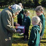 Queen Elizabeth mit Kindern der Crathie Grundschule