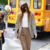 Dakota Johnson hat in den letzten Wochen auf den Red Carpets schon gezeigt, dass sie eine echte Style-Queen ist. Im lässigen 80s-Look mit Karo-Blazer beweist sie, dass sie auch als Streetstylerin zur Fashion-Elite gehört.