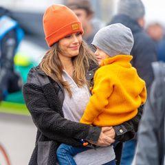 Prinzessin Sofia mit Prinz Gabriel auf dem Arm