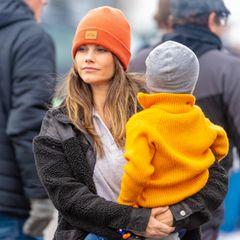 BeimPorsche Carrera Cup in Mantorp sieht Prinzessin Sofia super lässig aus. Graues Shirt, schwarze Teddy-Jacke. Nur ihre leuchtend orangefarbende Mütze fällt sofort ins Auge. Man muss zugeben: Damit sieht Sofia wirklichsuper cool aus. Und wer weiß, vielleicht setzt die schwedische Prinzessin damit ja sogar einen neuen Trend?