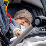 Prinz Julian liegt im Kinderwagen