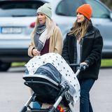Prinzessin Sofia schiebt Prinz Julian im Kinderwagen