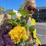 Elsa Hosk mit einem Blumenstrauß