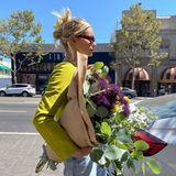 Elsa Hosk kauft Blumen