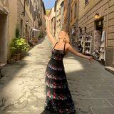 Für eine Hochzeit in Italien wirft sich Moderatorin Victoria Swarovski in dieses super elegante Outfit. Das bodenlange Kleid mit Blumendetails und verschiedenen Lagen aus Tüll passt perfekt nach Italien.