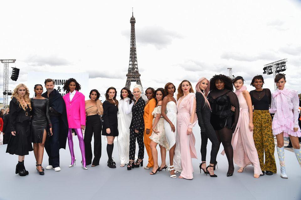 "Und ein Gruppenfoto der ""Le Defile L'Oreal Paris 2021""-Models darf natürlich nicht fehlen: Camille Razat, Jaha Dukureh, Nicolaj Coster-Waldau, Cindy Bruna, Leïla Bekhti, Katherine Langford, Aishwarya Rai, Helen Mirren, Aja Naomi King, Camila Cabello, Nidhi Sunil, Amber Heard, Soo Joo Park, Yseult, Liya Kebede und Luma Grothe (v.l.)"
